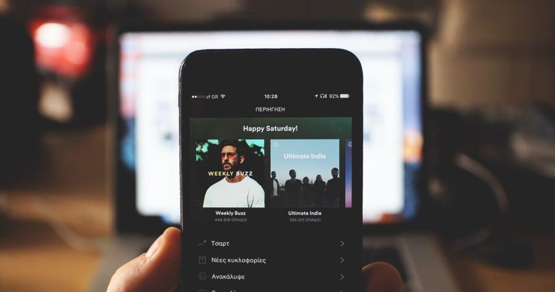 Como ocorre as compras no Spotify? (Foto de John Tekeridis no Pexels)
